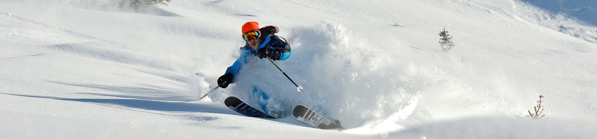Un skieur dans la poudreuse.